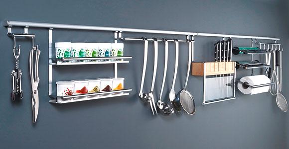Рейлинговые системы очень помогают экономить место в кухонных ящиках