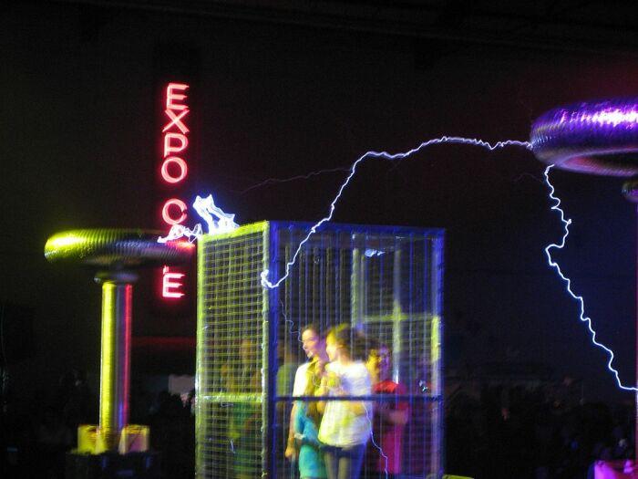 Есть такая клетка Фарадея.  Фото: wikimedia.org.