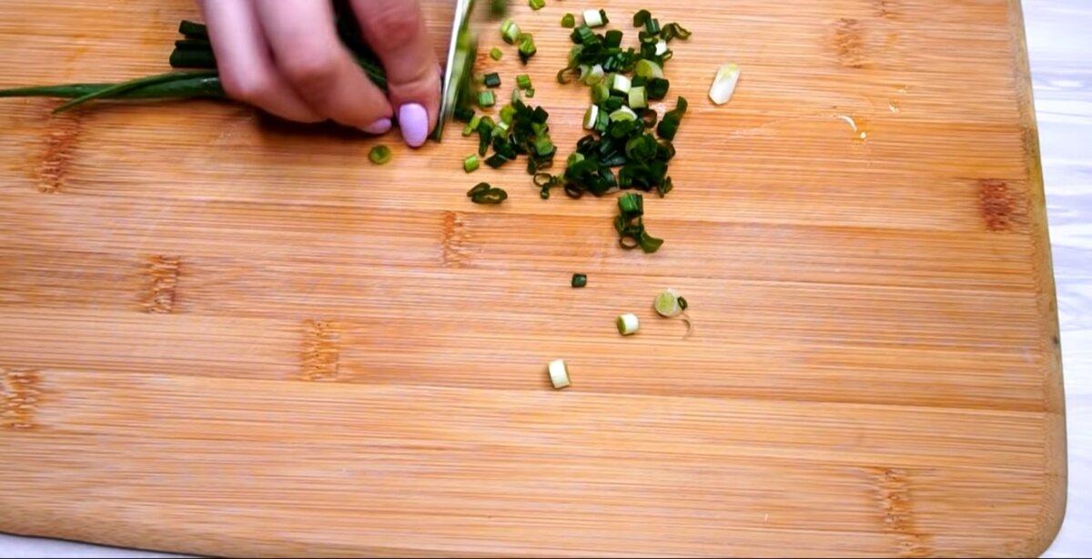 Нарежьте зелёный лук