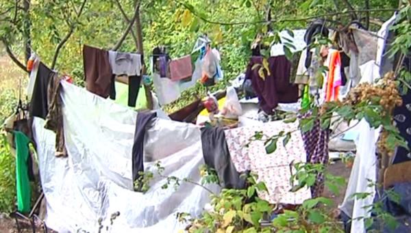 Дом на улице. Жительница Перми все лето прожила в шалаше из тряпок
