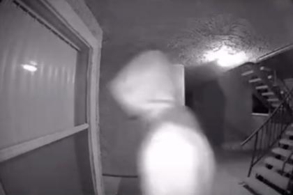Блогерша посмотрела запись с камеры наблюдения около квартиры и испугалась Интернет и СМИ