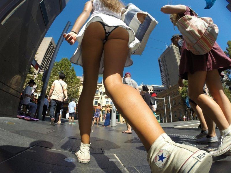 день выходят девушкам под юбки утром вскочив