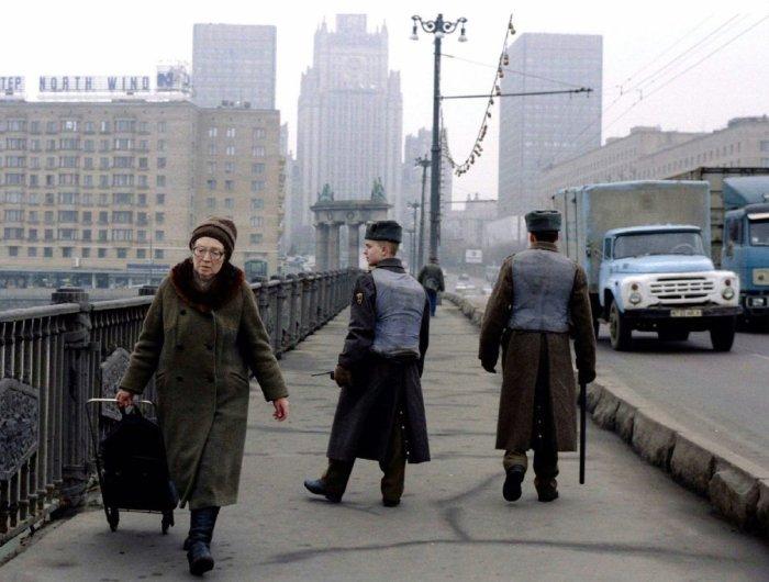 Солдатский патруль в бронежилетах на Бородинском мосту в Москве, 1995 год.