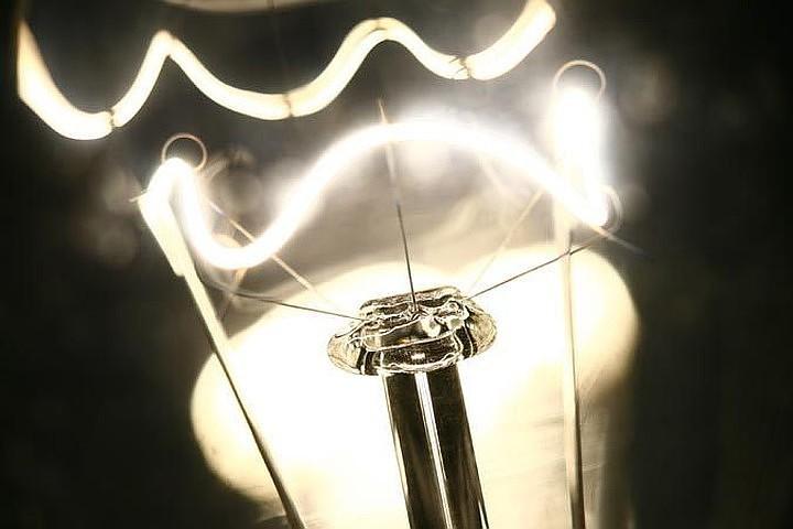 Ученые рассказали, почему вспышки света заставляют мозг работать быстрее