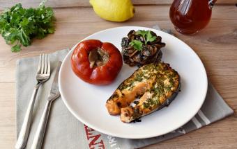 Стейк из лосося зеленью и с грибами