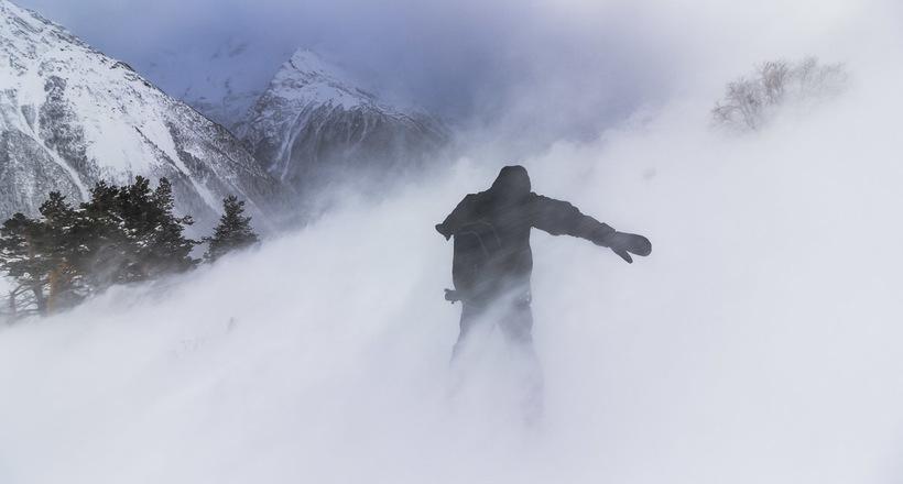 Парень заблудился в метель в горах, но выжил благодаря советам из телешоу