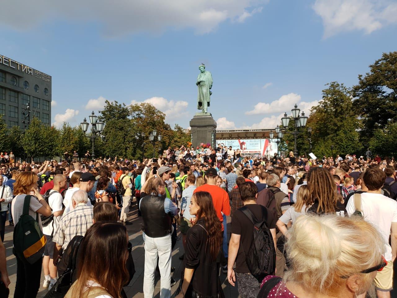 «Мирный» протест в Москве перерос в драки и «раскол»