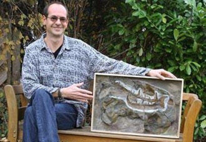 """А вот и человек, нашедший этот """"коготь"""" в 2007 году - немецкий палеонтолог Маркус Пошманн интересно, наука, окаменелости, палеонтология"""