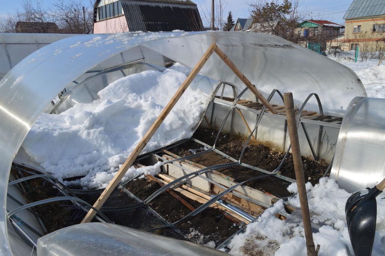 Очистил снег и поднял лист поликарбоната, каркас ужасный