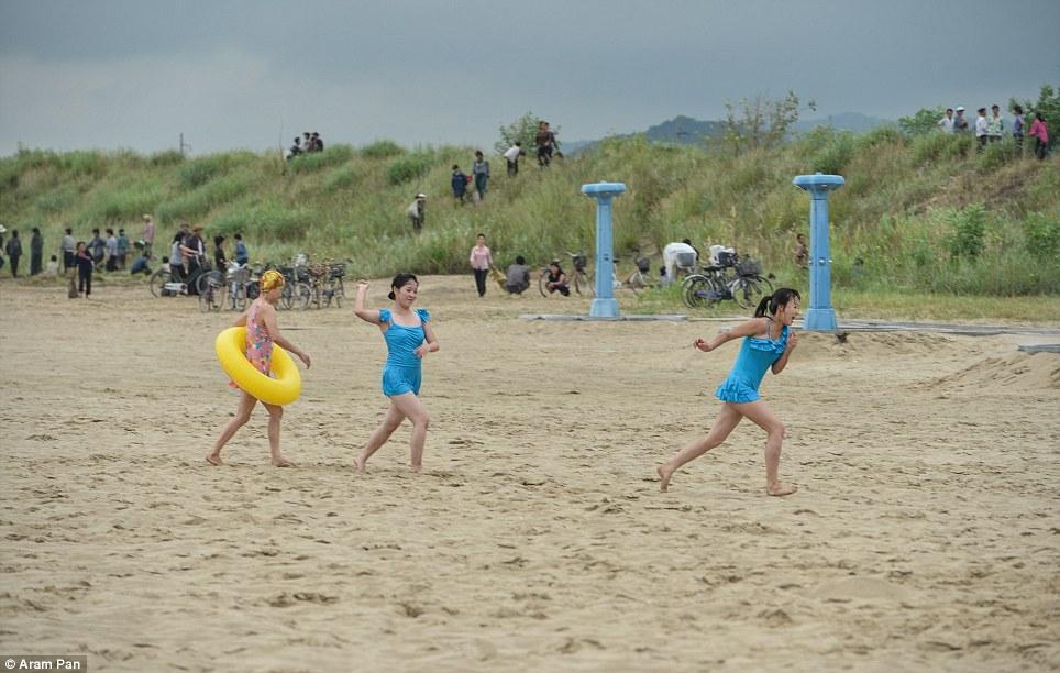Совсем не депрессивная Северная Корея: играющие на пляже девушки, модные парикмахерские и рестораны