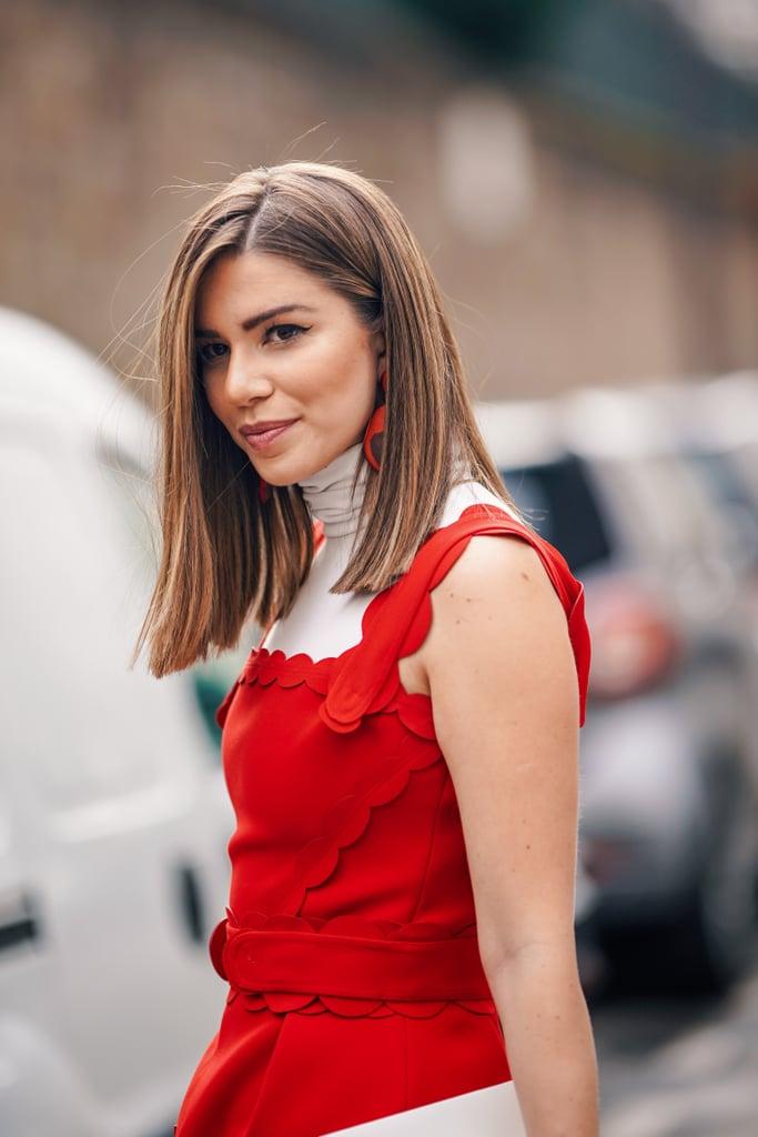 Девушка в водолазке и красный топ