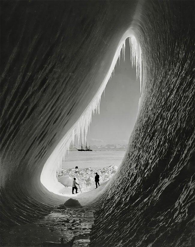 Грот в айсберге, Британская антарктическая экспедиция, 1911 год интересно, исторические кадры, исторические фото, история, ретро фото, старые фото, фото
