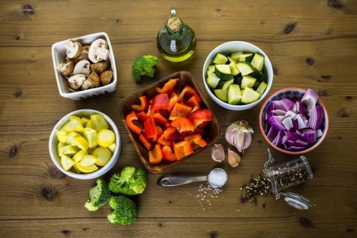 Подготавливаем и нарезаем овощи.