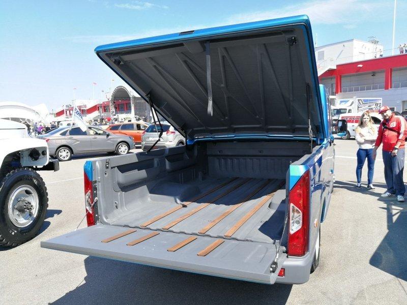 На грузовик установили новый кузов, борта которого продолжают дизайн кабины и полностью скрывают раму автомобиля. Кузов выкрашен в один цвет с кабиной — ярко-голубой металлик «Сидней». авто, автомобили, газ, газель, газель next, грузовик, пикап