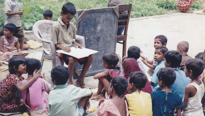Учитель из трущоб — как 9-летний мальчик в одиночку дал образование 3000 детей