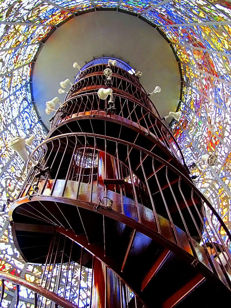 Спиральная лестница с витражами (5 снимков)