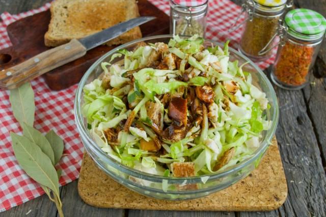 Добавляем в салат гренки, соус и хорошо перемешиваем