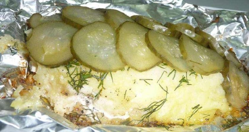 Рыба, запеченная с солеными огурцами: легкий ужин для всей семьи