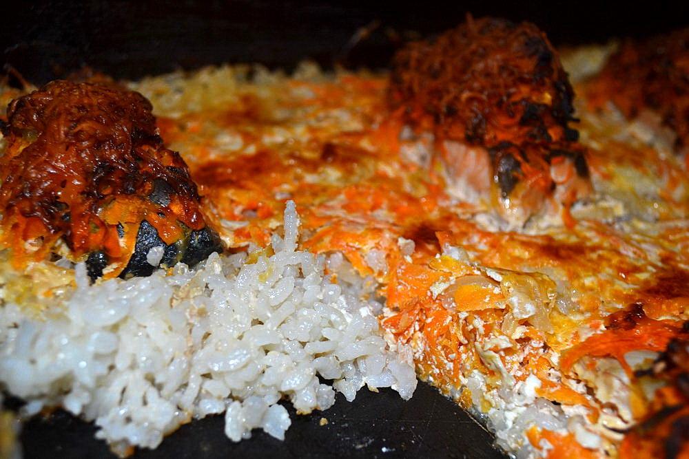 Рыба с овощами на рисовой пе…