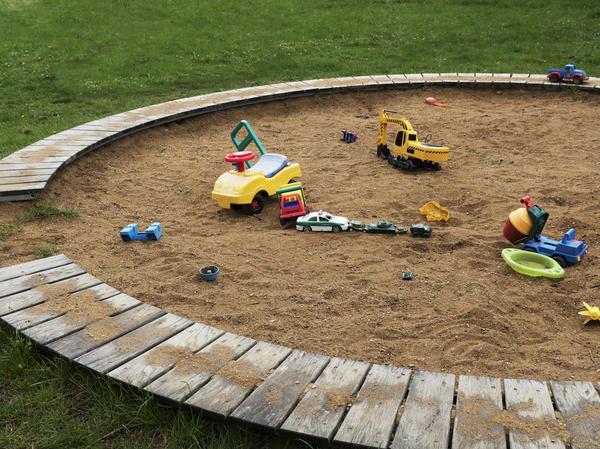 Песочница — отличный ответ на вопрос, чем занять малыша на даче