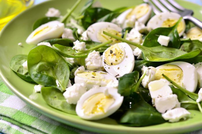 Салат из шпината с перепелиными яйцами