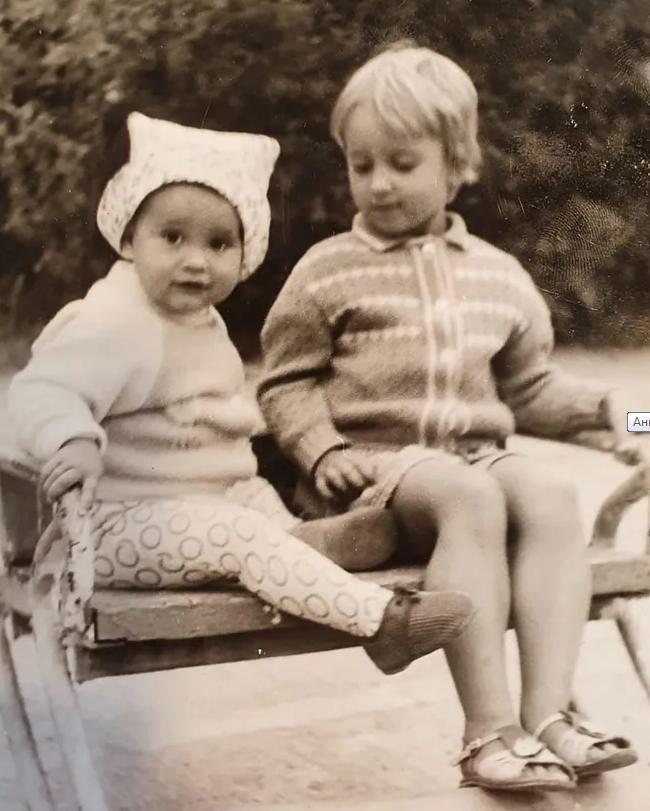 Ольга Бузова показала их с сестрой в детстве и умилила поклонников