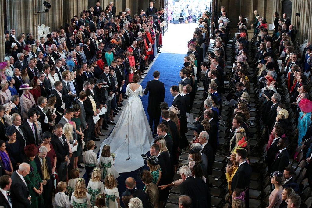 Внучка британской королевы вышла замуж за экс-официанта . В сеть попали первые фото с роскошной церемонии все звезды
