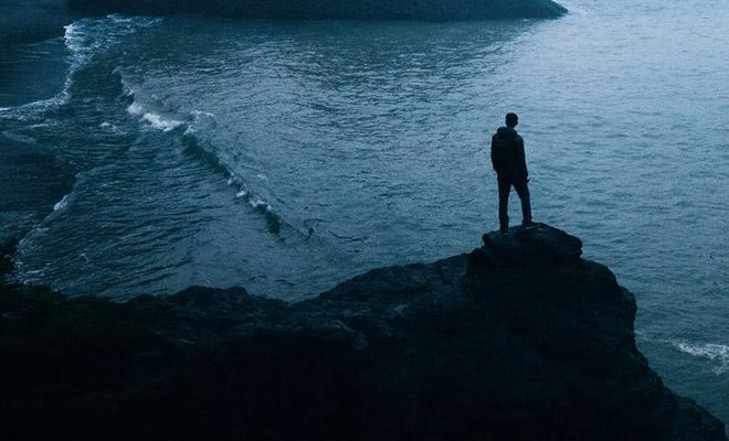 Моряка выбросило на скалу и он прожил на ней 6 лет благодаря веслу и шкуре тюленя