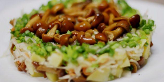 Постный салат с картошкой, квашеной капустой и маринованными грибами