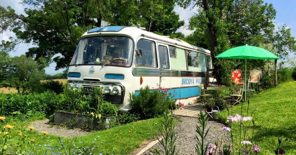 Семья превратила старый автобус в милый гостевой домик на даче
