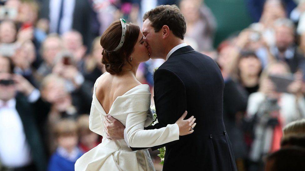 Внучка британской королевы вышла замуж за экс-официанта . В сеть попали первые фото с роскошной церемонии
