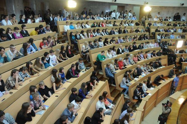 Рособрнадзор запретил двум вузам в Москве и Петербурге принимать студентов