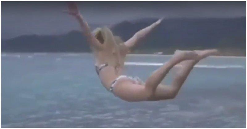Здравствуй, море дорогое! Девушка совершила не слишком удачный прыжок со скалы в море видео, девушка, море, неудача, падение, прикол, прыжок, фейл