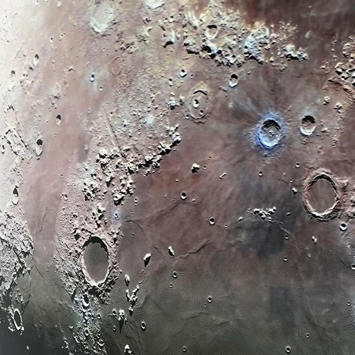Фрагмент поверхности Луны.