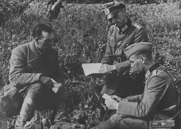 Допрос советского лейтенанта. Источник: http://waralbum.ru/186213/