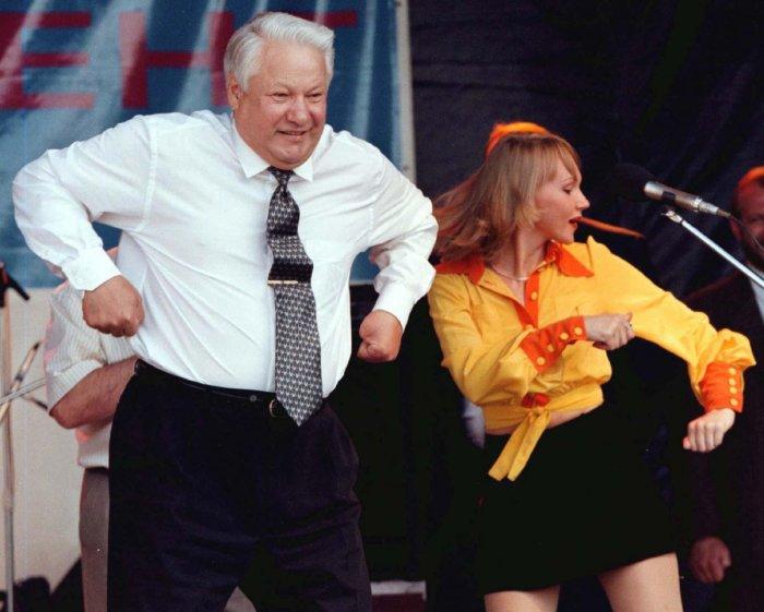 Танец на сцене во время концерта в Ростове в 1996 году.