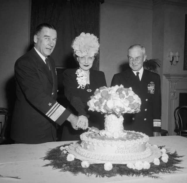 Адмирал Уильям Блэнди и его жена разрезают пирог в форме грибовидного облака, отмечая атомные испытания 1946 года на атолле Бикини. история, ретро, фотографии