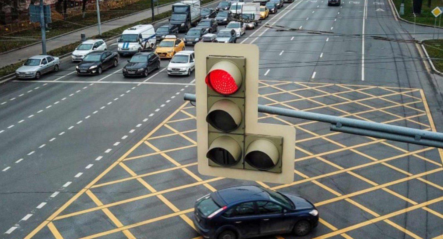 В Москве с лихачами будут бороться принудительным красным сигналом светофора Автомобили