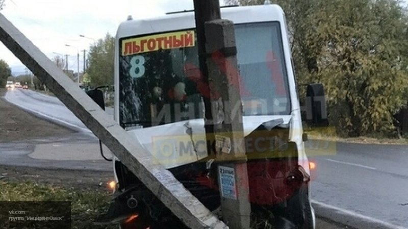 """В Омске маршрутка столкнулась с """"Семеркой"""" и врезалась в столб"""