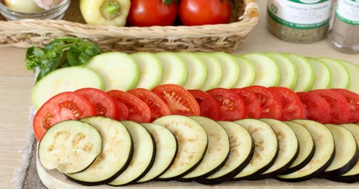 Подготавливаем овощи.