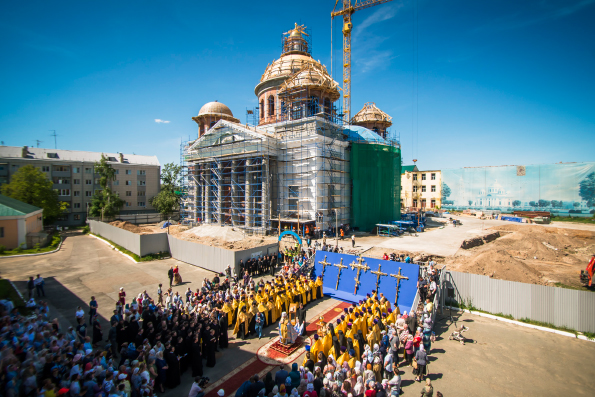 Насобор Казанской иконы Богородицы водружен главный крест
