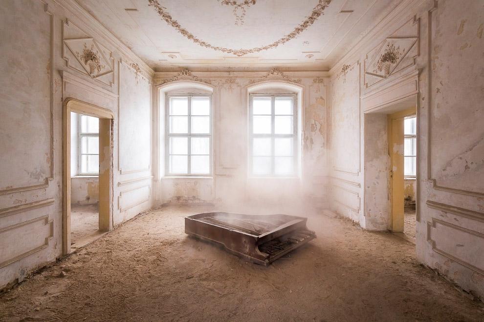 Похоже, в заброшенных домах Польши всегда есть пианино