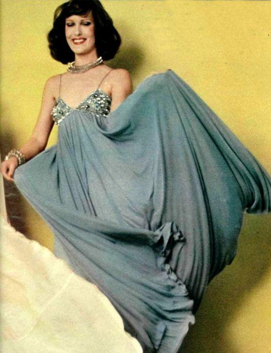 Платье из невесомой ткани, выполненное в стиле семидесятых.