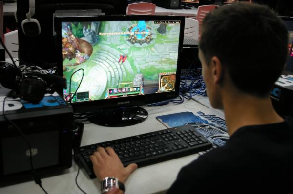 Система обратной связи постоянно сообщает игрокам, насколько они близки к достижению цели. Информация может быть представлена в виде очков, уровней, счета. Когда геймер видит свои успехи, это стимулирует его продолжать игру.