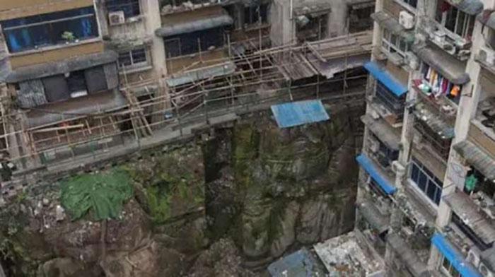 Как 1000-летняя гигантская статуя безголового Будды оказалась внутри многоквартирного дома в Китае архитектура,ремонт и строительство