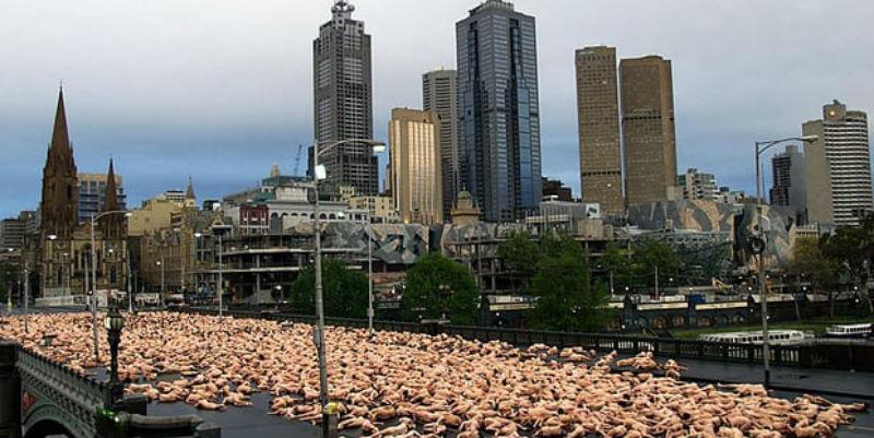 Спенсер Туник снова всех разденет на улице Мельбурна, несмотря на погоду