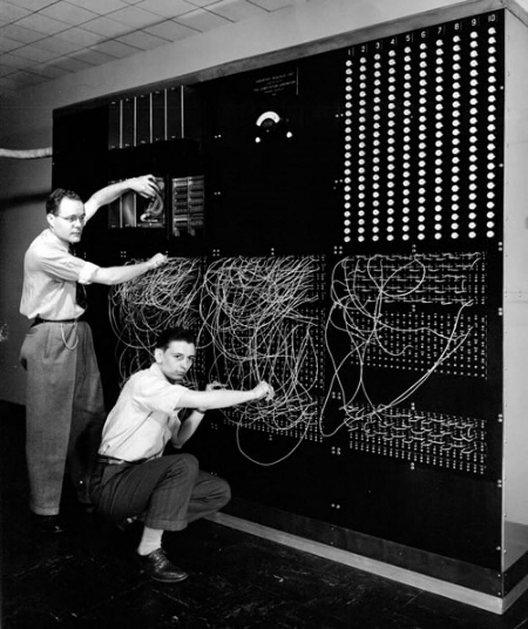 Самые первые компьютеры весили несколько десятков тонн.