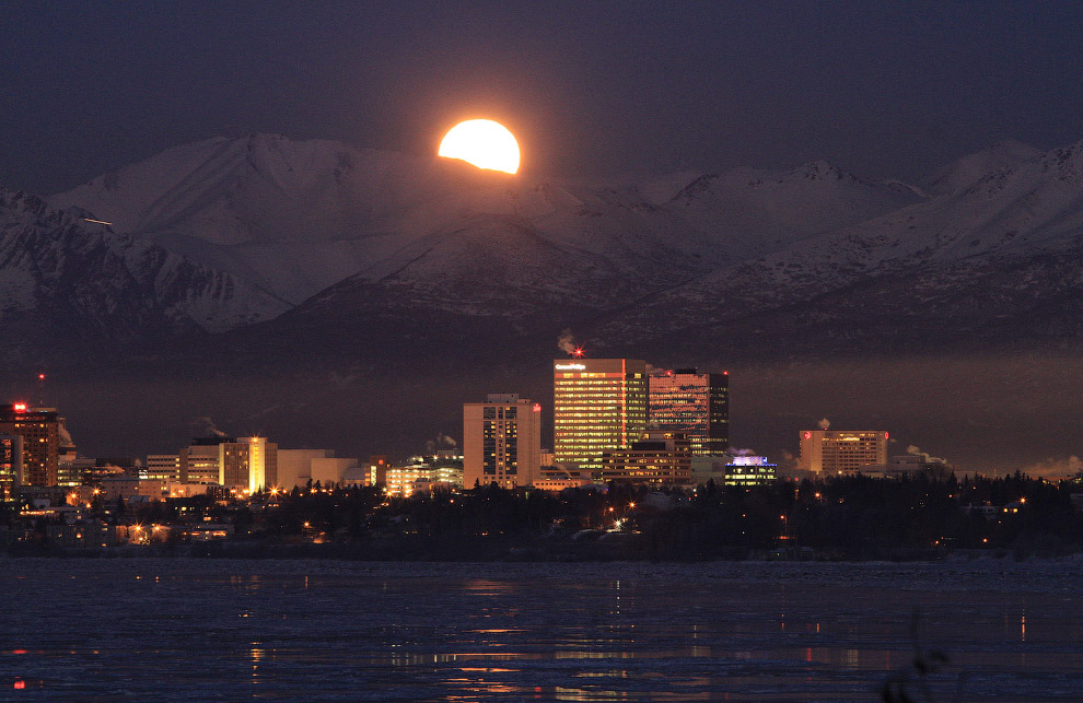 Луна над Анкориджем, штат Аляска