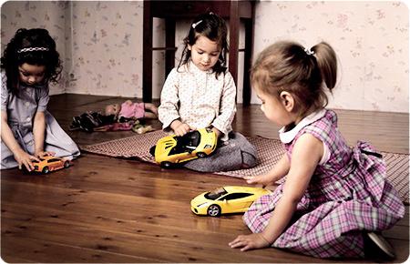 девочки играют в машинки