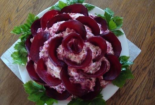 Салат «Роза Бордо» выглядит …